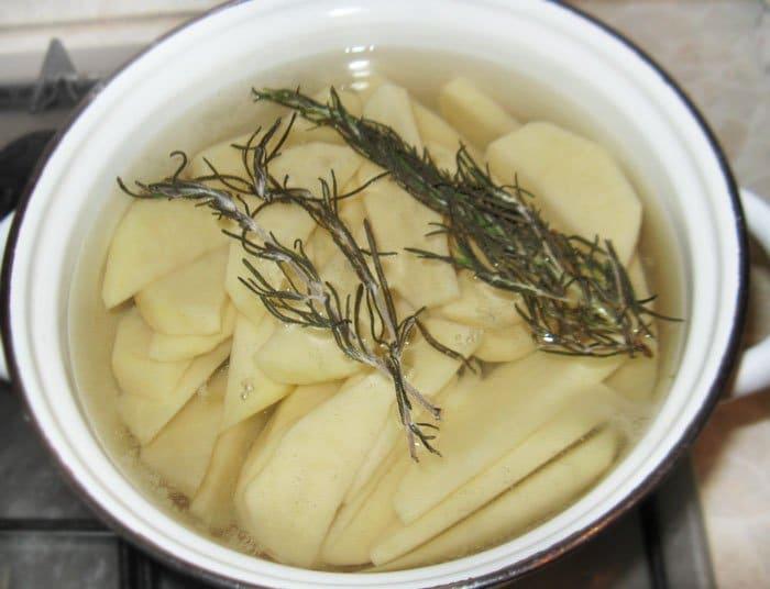 Фото рецепта - Картофельные дольки с чесноком - шаг 2