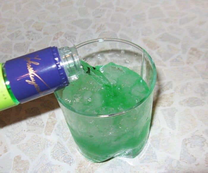 Фото рецепта - Коктейль «Зеленое озеро» - шаг 5