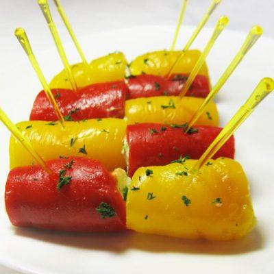 Рулетики из печеного перца с сырным кремом - рецепт с фото