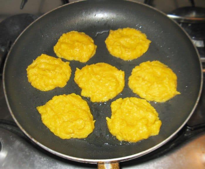 Фото рецепта - Тыквенные оладьи из кукурузной муки - шаг 5