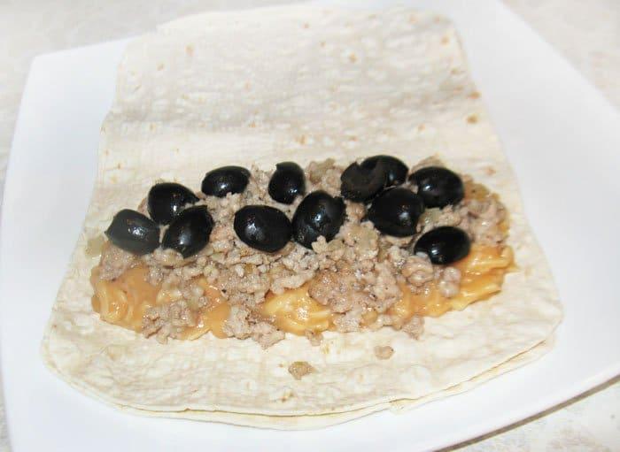 Фото рецепта - Буррито с фаршем и белой фасолью - шаг 6
