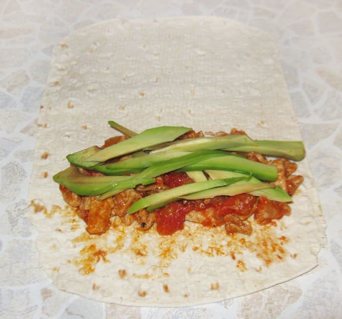 Фото рецепта - Буррито с мясом и авокадо - шаг 4