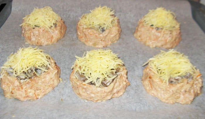Фото рецепта - Гнезда из фарша с грибами и сыром - шаг 7