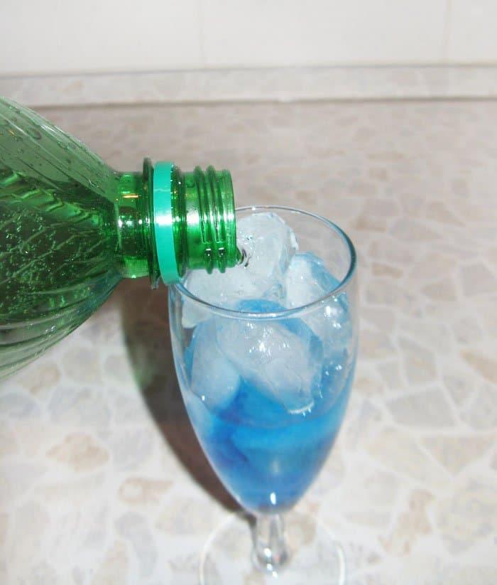 Фото рецепта - Коктейль «Голубая лагуна» - шаг 5