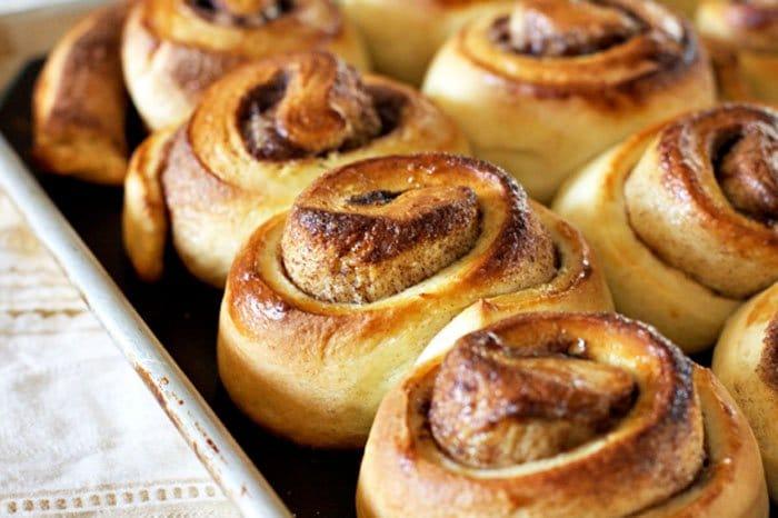 Фото рецепта - Сдобные булочки с корицей и ванильной глазурью - шаг 8