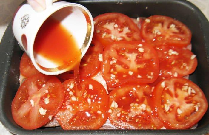 Фото рецепта - Запеченный окунь под помидорами и сыром - шаг 3