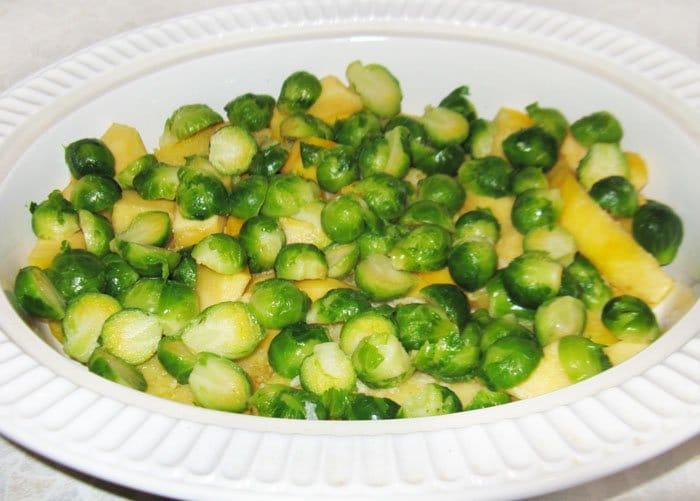 Фото рецепта - Запеканка из тыквы и брюссельской капусты с грибами - шаг 6