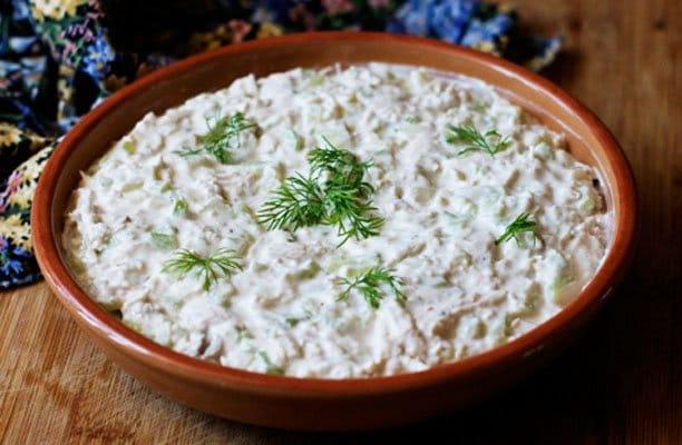 Куриный салат с сельдереем под йогуртовым соусом