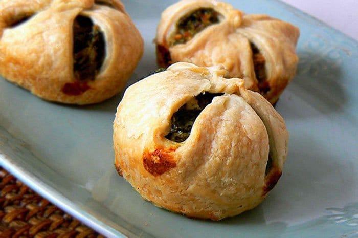 Фото рецепта - Пирожки из слоенного теста со шпинатом и сыром фета - шаг 3