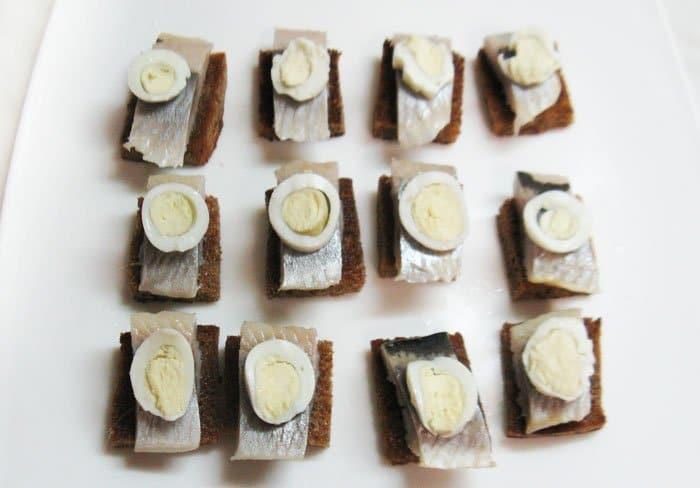 Фото рецепта - Сельдь на тостах. Закуска - шаг 5