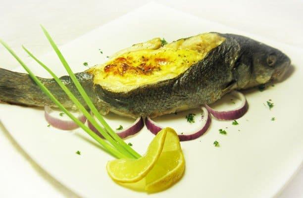 Сибас, фаршированный креветками в сырном соусе - рецепт с фото