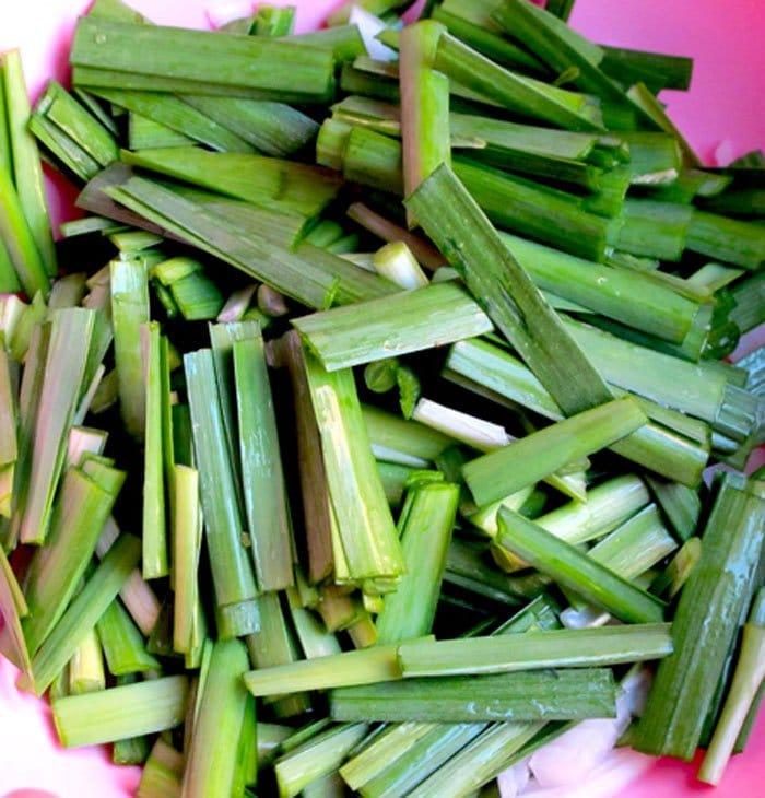 Фото рецепта - Корейские блины с луком и сардельками - шаг 1