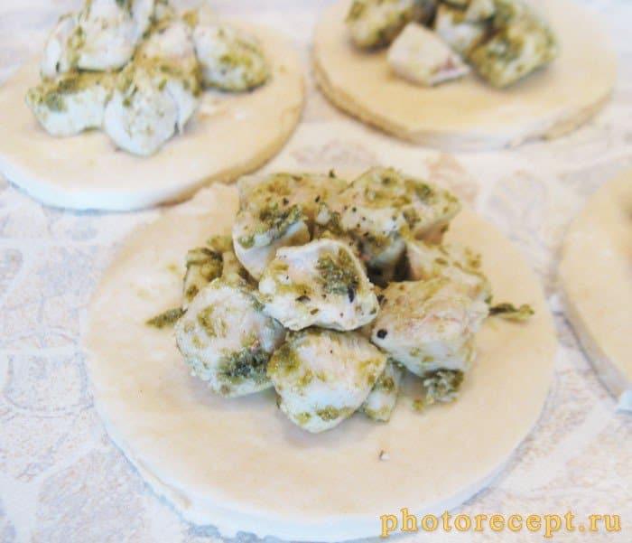 Фото рецепта - Открытые пирожки с куриной грудкой и соусом песто - шаг 3
