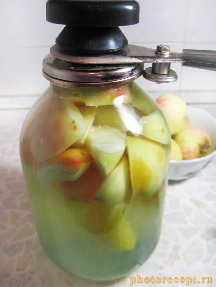 Фото рецепта - Компот из яблок и апельсинов на зиму - шаг 5