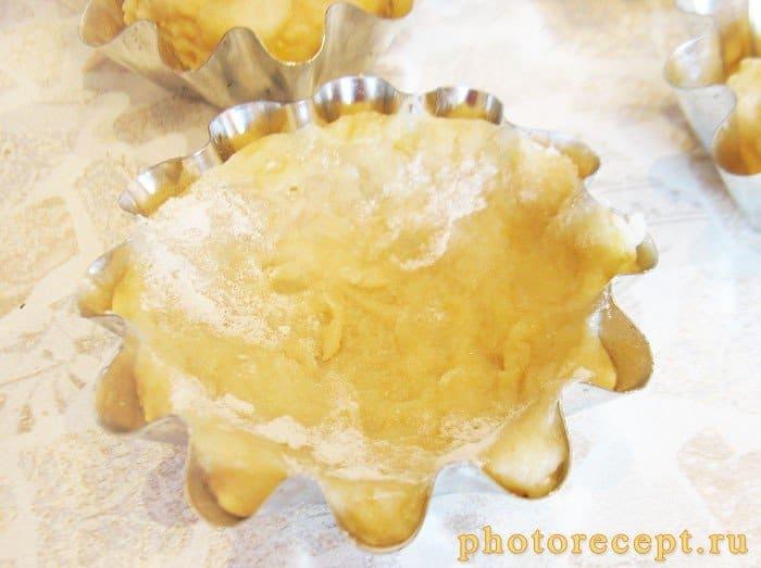 Фото рецепта - Банановые тарталетки с творожным кремом и малиной - шаг 5
