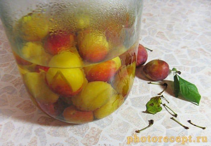 Фото рецепта - Компот из слив и яблок на зиму - шаг 3