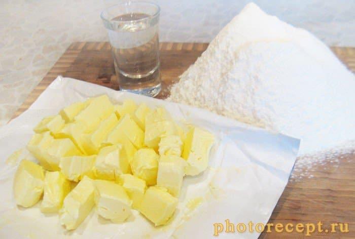Фото рецепта - Пирог с ириской и сухофруктами под ганашем - шаг 1