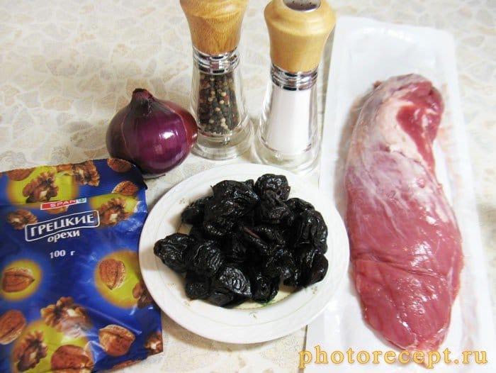 Фото рецепта - Фаршированная свиная вырезка с черносливом и орехами - шаг 1