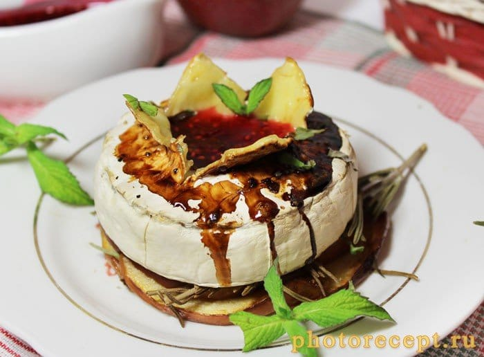 Фото рецепта - Запеченный сыр камамбер с яблоком и малиновым вареньем - шаг 3