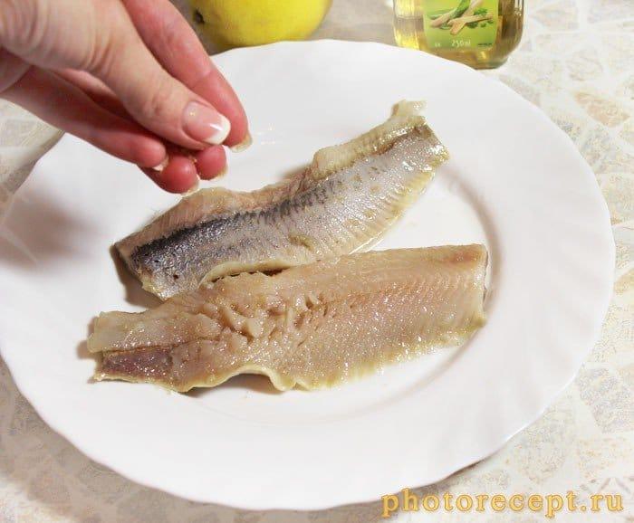 Фото рецепта - Салат с сельдью и рукколой под зеленым луковым соусом - шаг 2