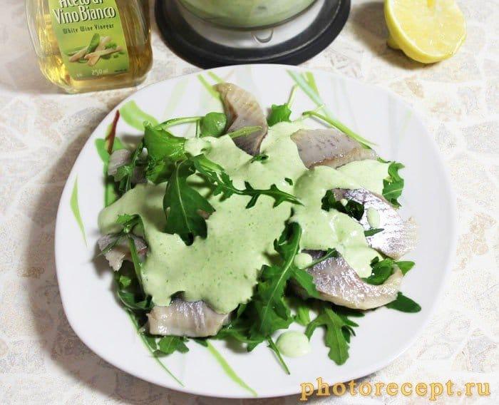Фото рецепта - Салат с сельдью и рукколой под зеленым луковым соусом - шаг 4
