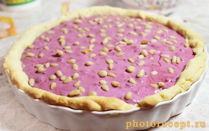 Фото рецепта - Пирог со сметаной, черникой и кедровыми орешками - шаг 5