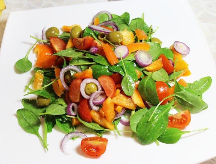 Фото рецепта - Легкий салат с тунцом, помидорами и шпинатом - шаг 6