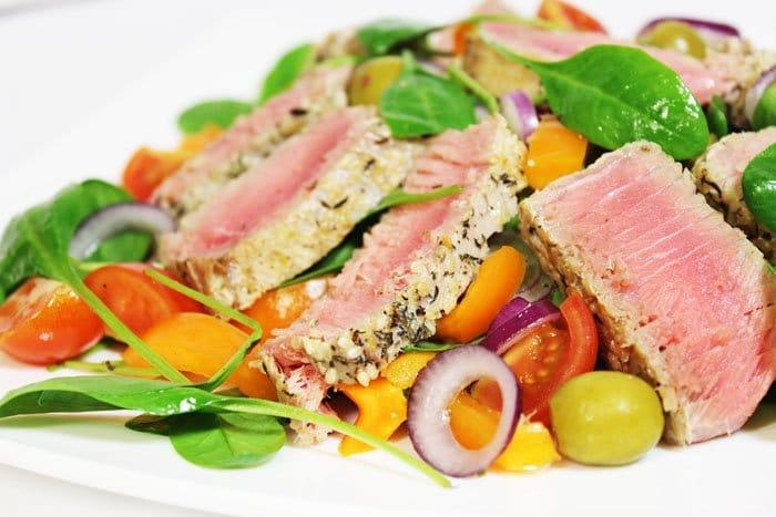 Фото рецепта - Легкий салат с тунцом, помидорами и шпинатом - шаг 8