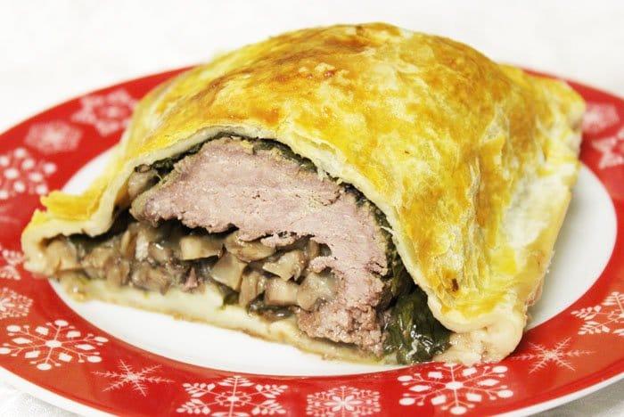 Фото рецепта - Запеченная говядина с грибами и шпинатом в тесте - шаг 11