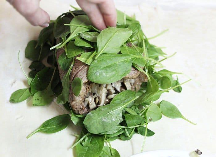 Фото рецепта - Запеченная говядина с грибами и шпинатом в тесте - шаг 9