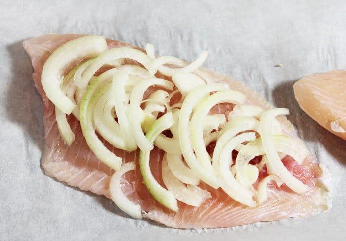 Фото рецепта - Филе рыбы с вешенками и сыром, запеченное в духовке - шаг 2