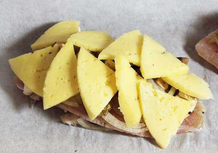 Фото рецепта - Филе рыбы с вешенками и сыром, запеченное в духовке - шаг 5