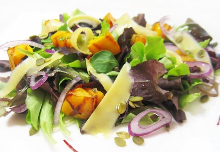 Фото рецепта - Легкий салат с тыквой и сыром - шаг 4