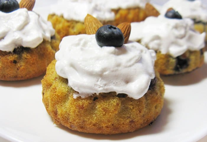 Фото рецепта - Миндальные кексы с голубикой - шаг 8