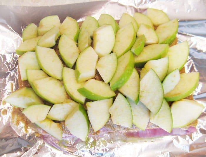 Фото рецепта - Запеченная свинина с яблоками в духовке - шаг 3