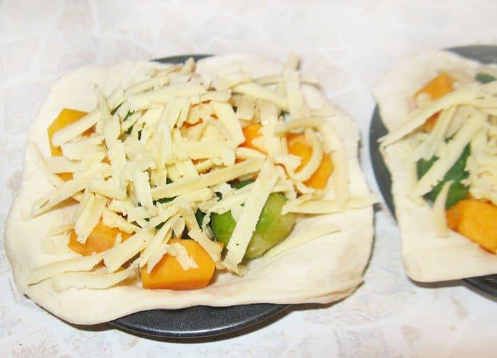 Фото рецепта - Открытые пирожки с тыквой и брокколи - шаг 4