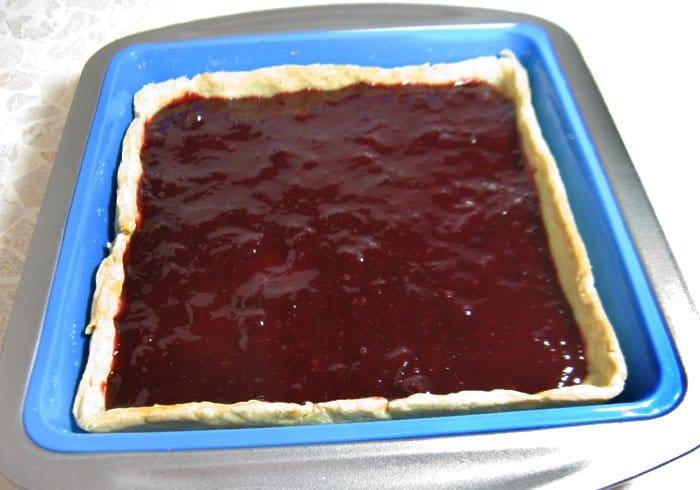 Фото рецепта - Пирог со сливами, сметаной и корицей - шаг 9
