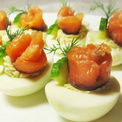 Фаршированные яйца с лососем и огурцом - рецепт с фото