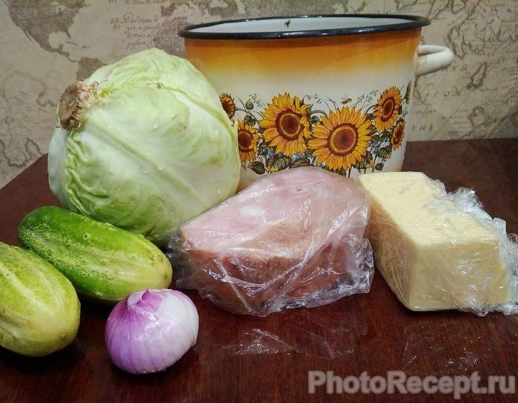 Фото рецепта - Салат из капусты, огурцов, ветчины и сыра - шаг 1