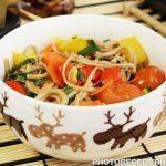 Гречневая лапша с овощами в соевом соусе
