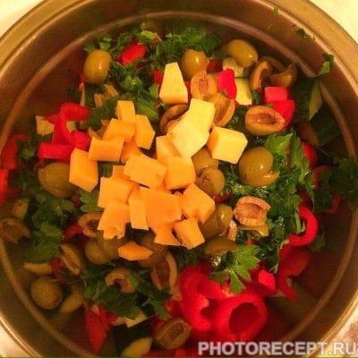Фото рецепта - Греческий салат с твердым сыром - шаг 7