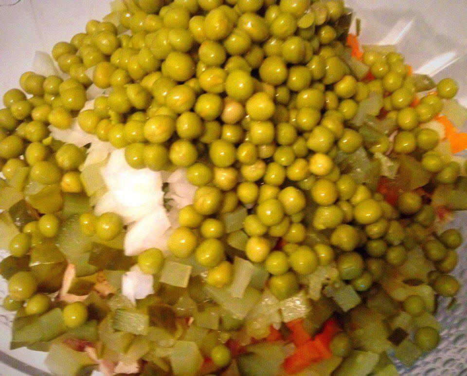 Фото рецепта - Классический салат Оливье с курицей - шаг 7