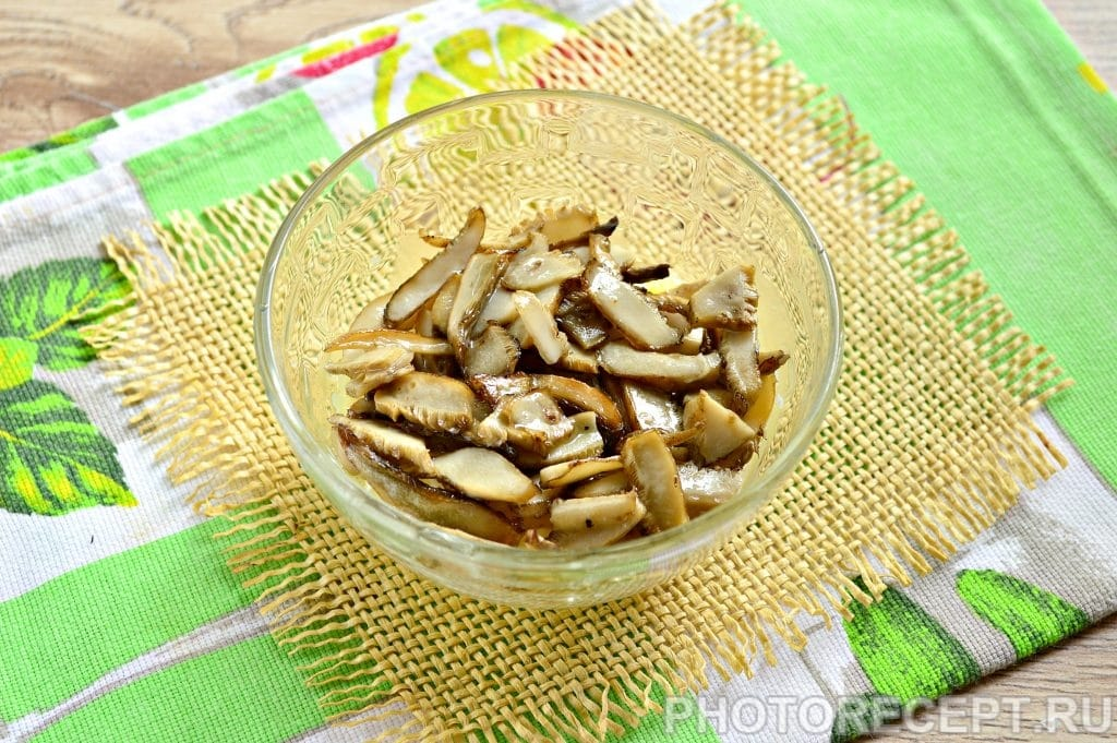 Фото рецепта - Слоеный салат с грибами и овощами - шаг 2