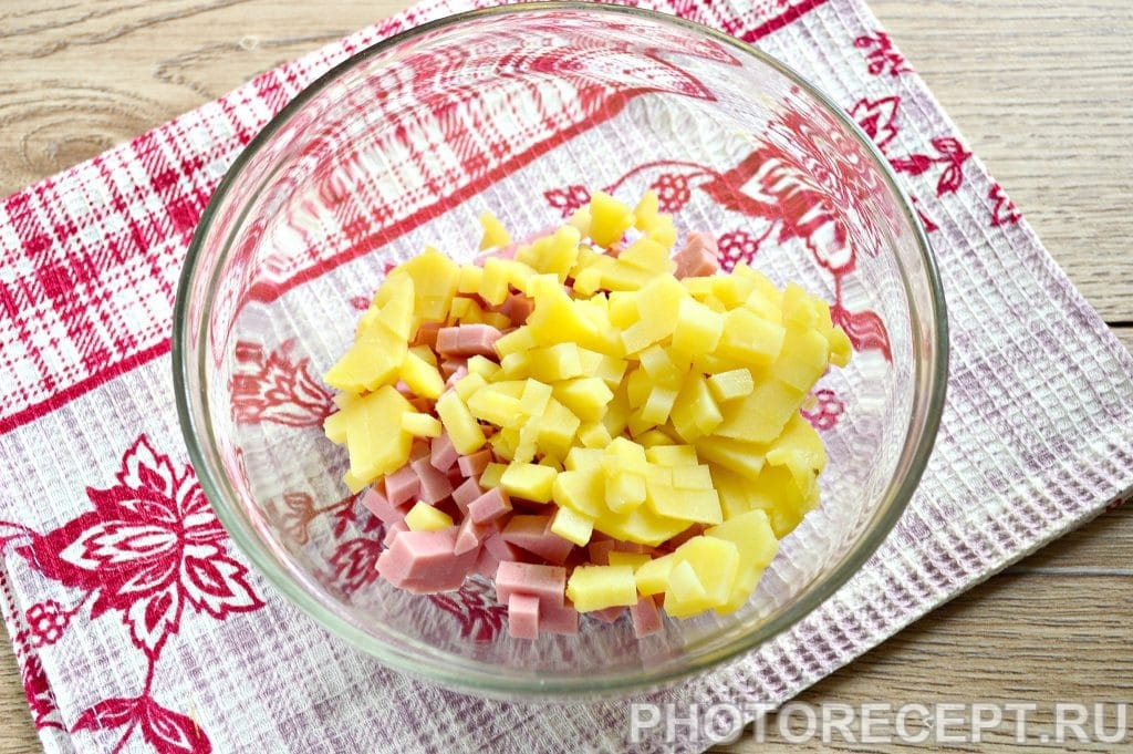 Фото рецепта - Оливье с вареной колбасой и солеными огурцами - шаг 2