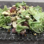 Салат с курицей, виноградом и фисташками