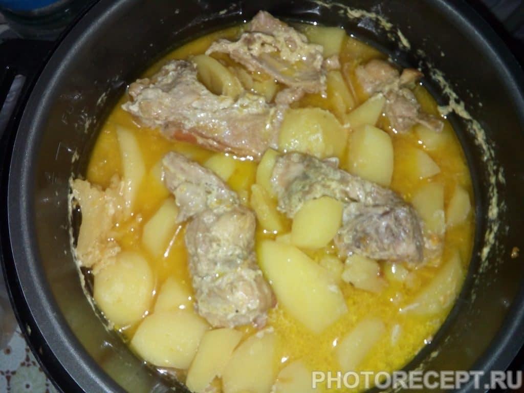 Фото рецепта - Тушеная картошка с мясом кролика в сметане - шаг 7