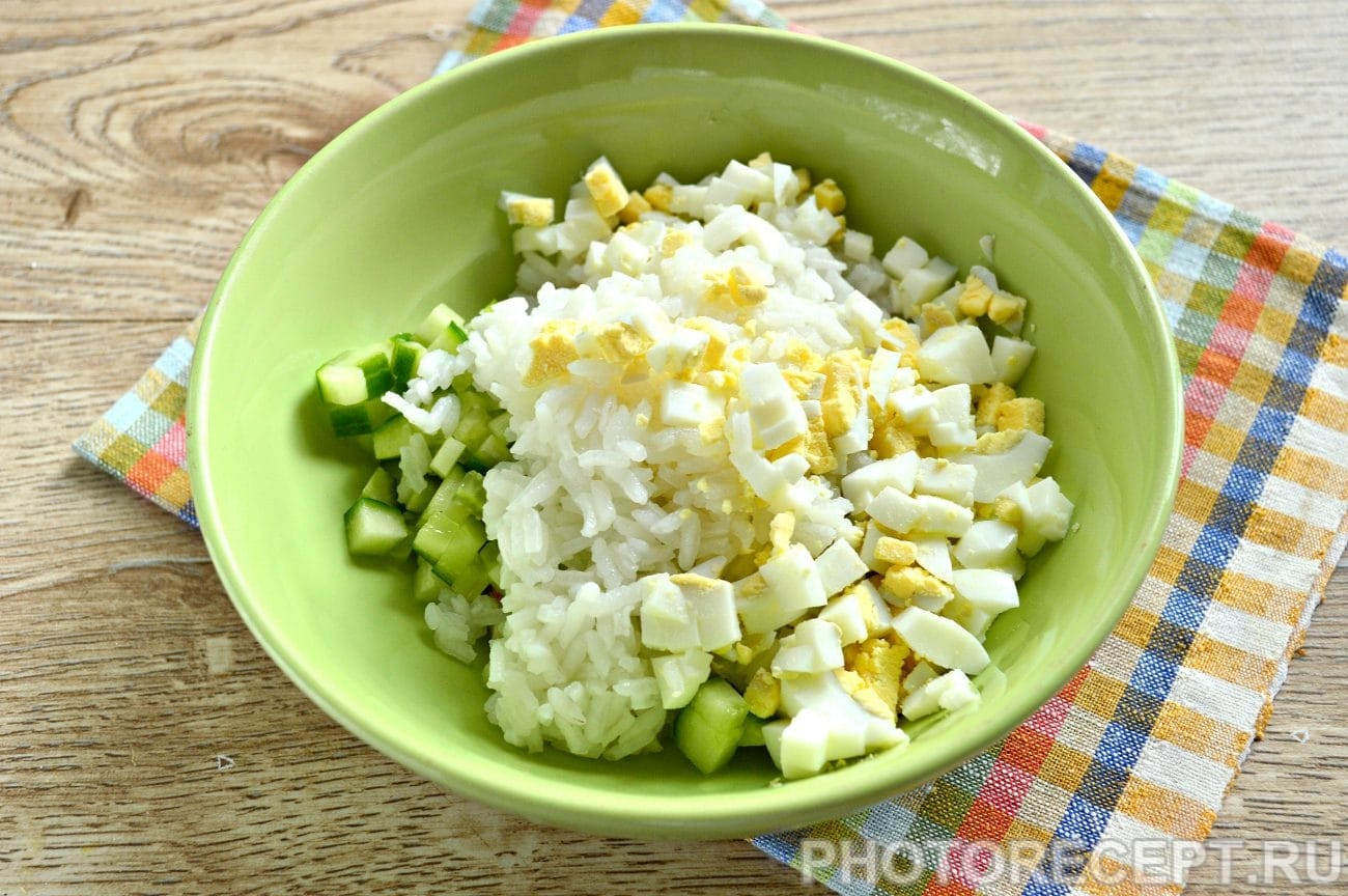 Салат с крабовыми палочками кукурузой яйцом и огурцом рецепт с