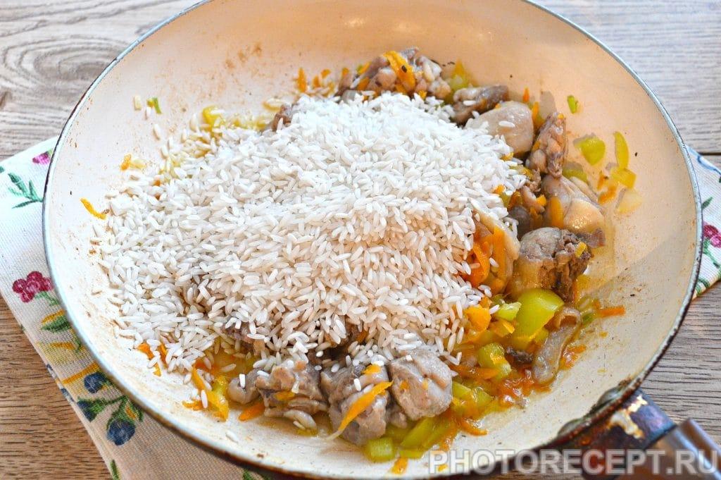 Фото рецепта - Плов с курицей на сковороде - шаг 4