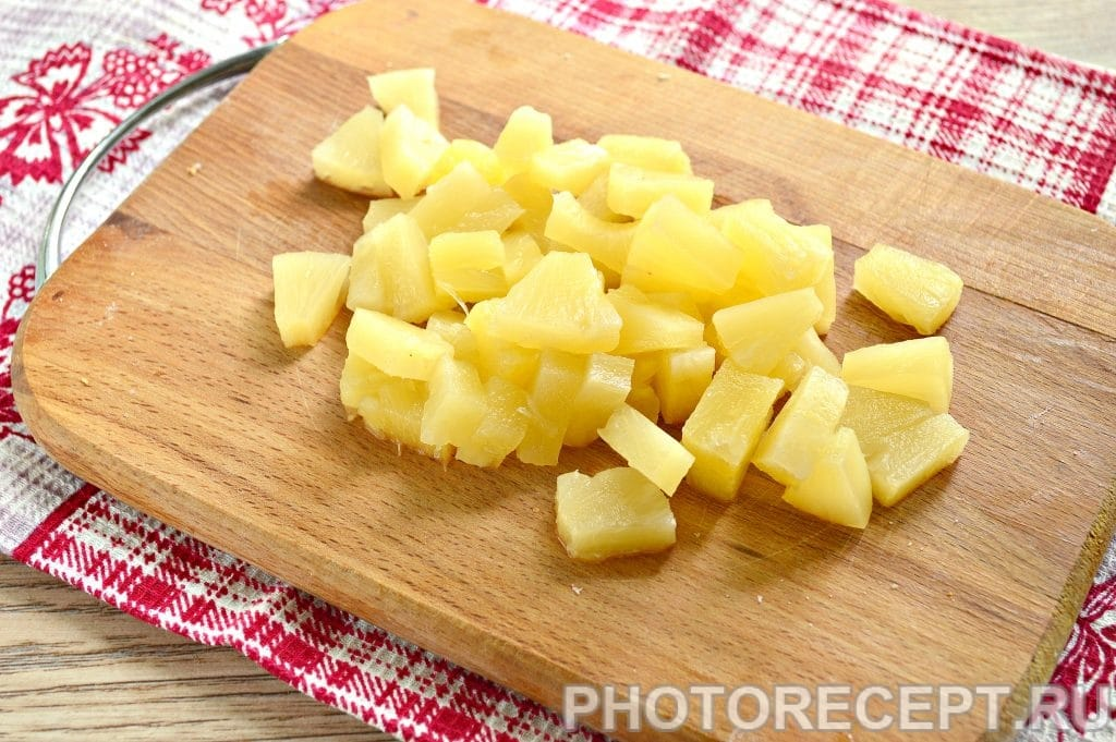 Фото рецепта - Салат с куриной грудкой и ананасами - шаг 5
