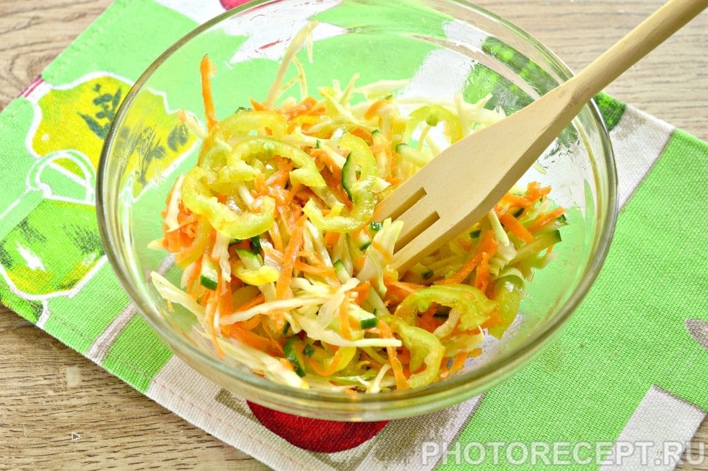 Фото рецепта - Салат с капустой и кунжутом - шаг 6